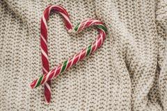 Стильное положение квартиры рождества тросточка конфеты пипермента в форме сердца Стоковые Фотографии RF