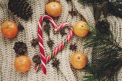 Стильное положение квартиры рождества тросточка конфеты пипермента с tangerine Стоковая Фотография RF