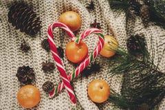 Стильное положение квартиры рождества тросточка конфеты пипермента с tangerine Стоковые Изображения
