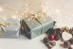 Стильное рождество обернуло настоящие моменты с орнаментами и светами дальше Стоковое Изображение
