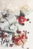 Стильное рождество обернуло настоящие моменты с орнаментами и светами дальше Стоковые Изображения RF