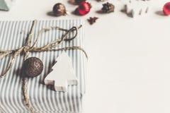 Стильное рождество обернуло настоящие моменты с орнаментами и игрушками на wh Стоковые Изображения