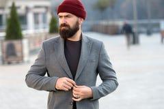 Стильное случайное обмундирование на сезон падения и зимы Мужская одежда и мужская концепция моды Хипстер человека бородатый стил стоковое фото