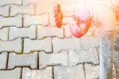 Стильно красивый faucet воды на предпосылке улицы природы стоковое фото