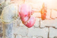 Стильно красивый faucet воды на предпосылке улицы природы стоковые изображения rf