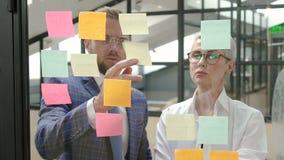 Стильные босс и продавщица говорят в процессе работы в многонациональной компании акции видеоматериалы