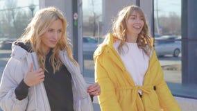 Стильные городские девушки в ультрамодных пальто в зябкой осени видеоматериал