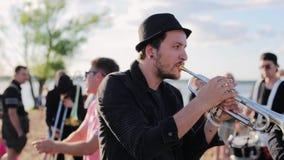 Стильные музыканты мужчин выполняют на солнечном пляже лета среди много людей акции видеоматериалы