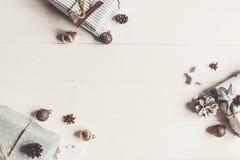 Стильные обернутые присутствующие коробки с орнаментами на белом деревянном bac Стоковая Фотография