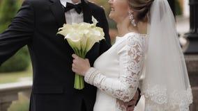 Стильные пары в togethe времени spand одежд свадьбы в их дне свадьбы акции видеоматериалы