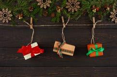Стильные подарки на рождество на шпагате rope, предпосылка рамки гирлянды Стоковая Фотография RF
