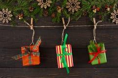 Стильные подарки на рождество на шпагате rope, предпосылка рамки гирлянды Стоковая Фотография