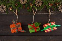 Стильные подарки на рождество на шпагате rope, предпосылка рамки гирлянды Стоковое Изображение RF