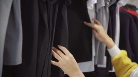 Стильные покупки дамы в магазине одежды акции видеоматериалы