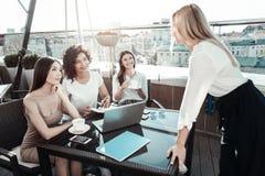 Стильные приятные дамы работая и связывая Стоковые Изображения