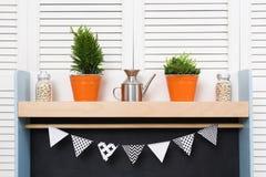 Стильные уютные полка и шторки кухни Оранжевые ведра с комнатой Стоковые Фотографии RF