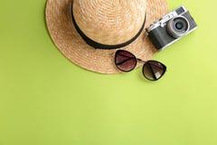 Стильные шляпа, камера и солнечные очки стоковые фотографии rf