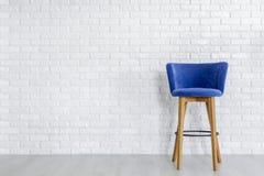 Стильный барный стул сини военно-морского флота стоковая фотография