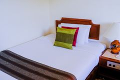 Стильный дизайн интерьера спальни при Multi сделанный по образцу цвет стоковое фото