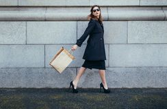 Стильный женский покупатель идя с хозяйственной сумкой Стоковая Фотография