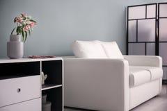 Стильный интерьер живущей комнаты с софой стоковые фотографии rf