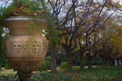 Стильный и изваянный бак сада в парке Pedralbes королевском стоковые фото