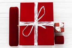 Стильный красный цвет присутствующий и и роскошные шкатулки для драгоценностей на белой ржавчине Стоковое фото RF