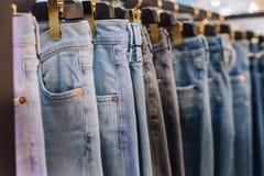 Стильный магазин одежды джинсов стоит бутик витрины стоковые фотографии rf