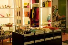 Стильный магазин способа женщины стоковые изображения rf