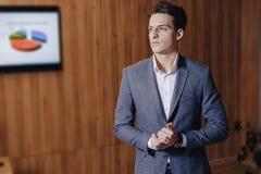 Стильный парень в куртке на офисе на простой деревянной предпосылке стоковое фото rf