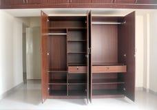 Стильный & самомоднейший пустой кухонный шкаф в комнате заново построенного дома Стоковое Изображение