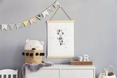 Стильный скандинавский питомник внутренний с вися насмешкой вверх по плакату, естественным игрушкам, плюшевым мишкам, аксессуарам стоковые фото
