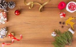 Стильный состав рождества ветви ели, подарок рождества и украшения на деревянной предпосылке Стоковое фото RF