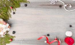 Стильный состав рождества ветви ели, подарок рождества и украшения на деревянной предпосылке Стоковая Фотография RF