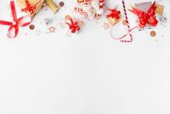 Стильный состав рождества Подарки и украшения рождества на белой предпосылке Плоское взгляд сверху положения Стоковые Фото