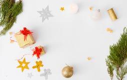 Стильный состав рождества Подарки и украшения рождества на белой предпосылке Плоское взгляд сверху положения Стоковое фото RF