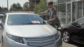 Стильный человек выбирает переход для себя в автосалоне сток-видео
