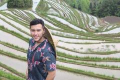 Стильный человек в азиатских террасах риса стоковое фото rf
