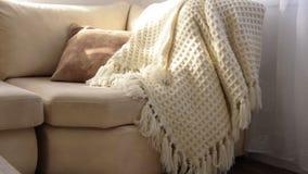 Стильный ярко интерьер живущей комнаты Приглашая удобная софа с handmade шерстяным одеялом сток-видео