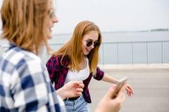 2 стильных маленькой девочки имеют потеху и тратят время летом на улице во время праздников стоковое изображение rf
