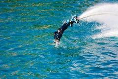 Стиль дельфина во время выставки flyboard Стоковые Изображения