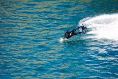 Стиль дельфина во время выставки flyboard Стоковые Фотографии RF