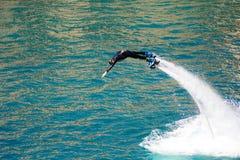Стиль дельфина во время выставки flyboard Стоковое Изображение RF