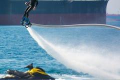 Стиль дельфина во время выставки flyboard Стоковые Изображения RF