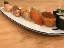 Стиль еды Salmon экстренныйого выпуска суш установленный японский Стоковые Фото