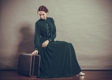 Стиль женщины ретро с старым чемоданом Стоковые Фотографии RF