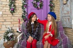 Стиль зимы девушек Маленькие девочки со стилем моды на сезон зимы Немногое дети на украшении рождества мило стоковое фото