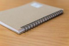 Стиль листа тетради или бумаги примечания ретро на таблице Стоковое Изображение RF
