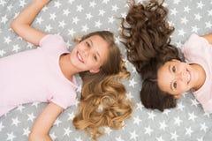 Стиль причесок детей курчавый ослабляя Держите наутро волос курчавое даже Дети девушек с длинными волосами кладут на взгляд сверх стоковая фотография