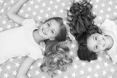 Стиль причесок детей курчавый ослабляя Держите наутро волос курчавое даже Дети девушек с длинными волосами кладут на взгляд сверх стоковые изображения
